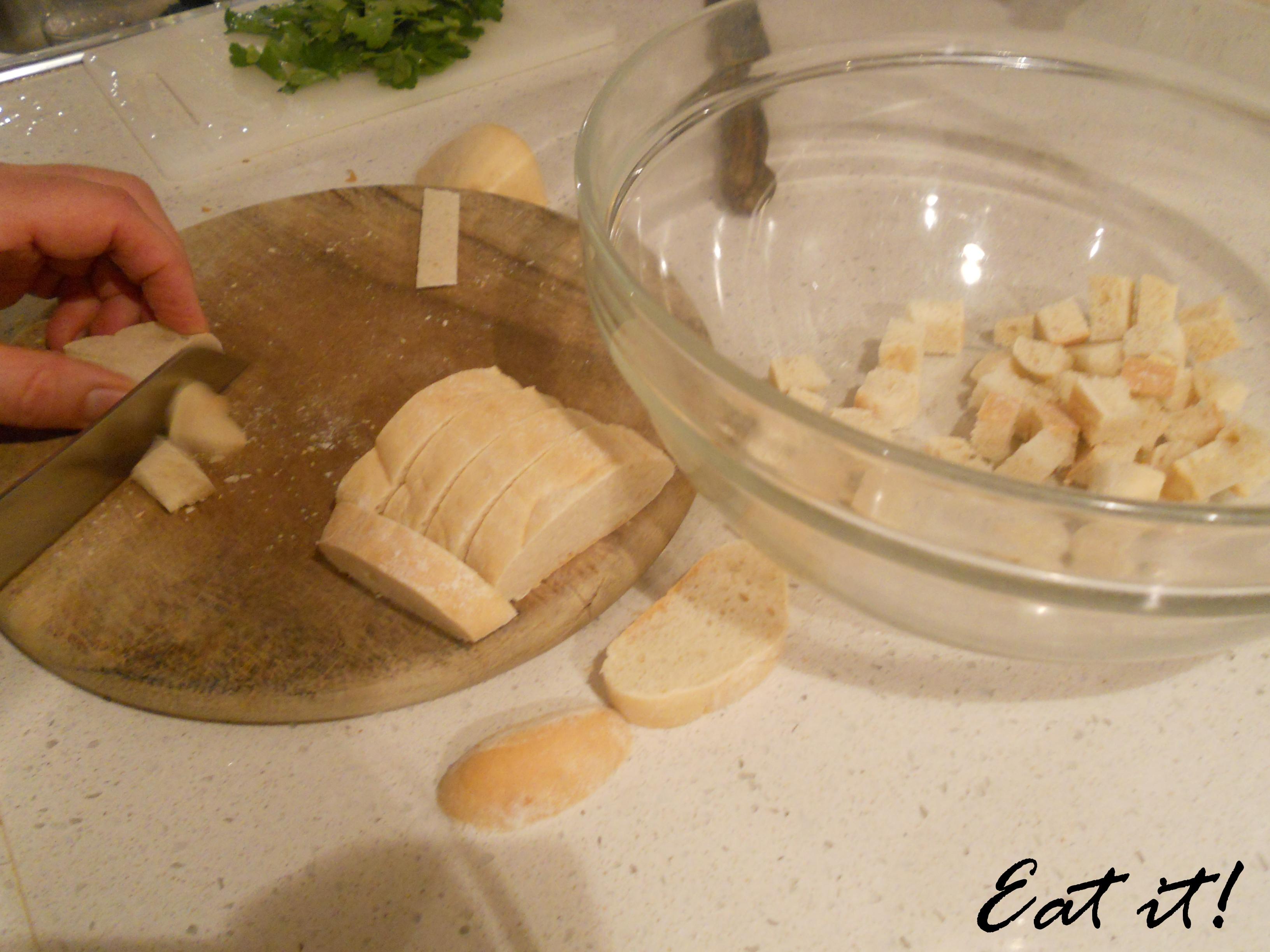 Canederli allo speck - Tagliare il pane a dadini