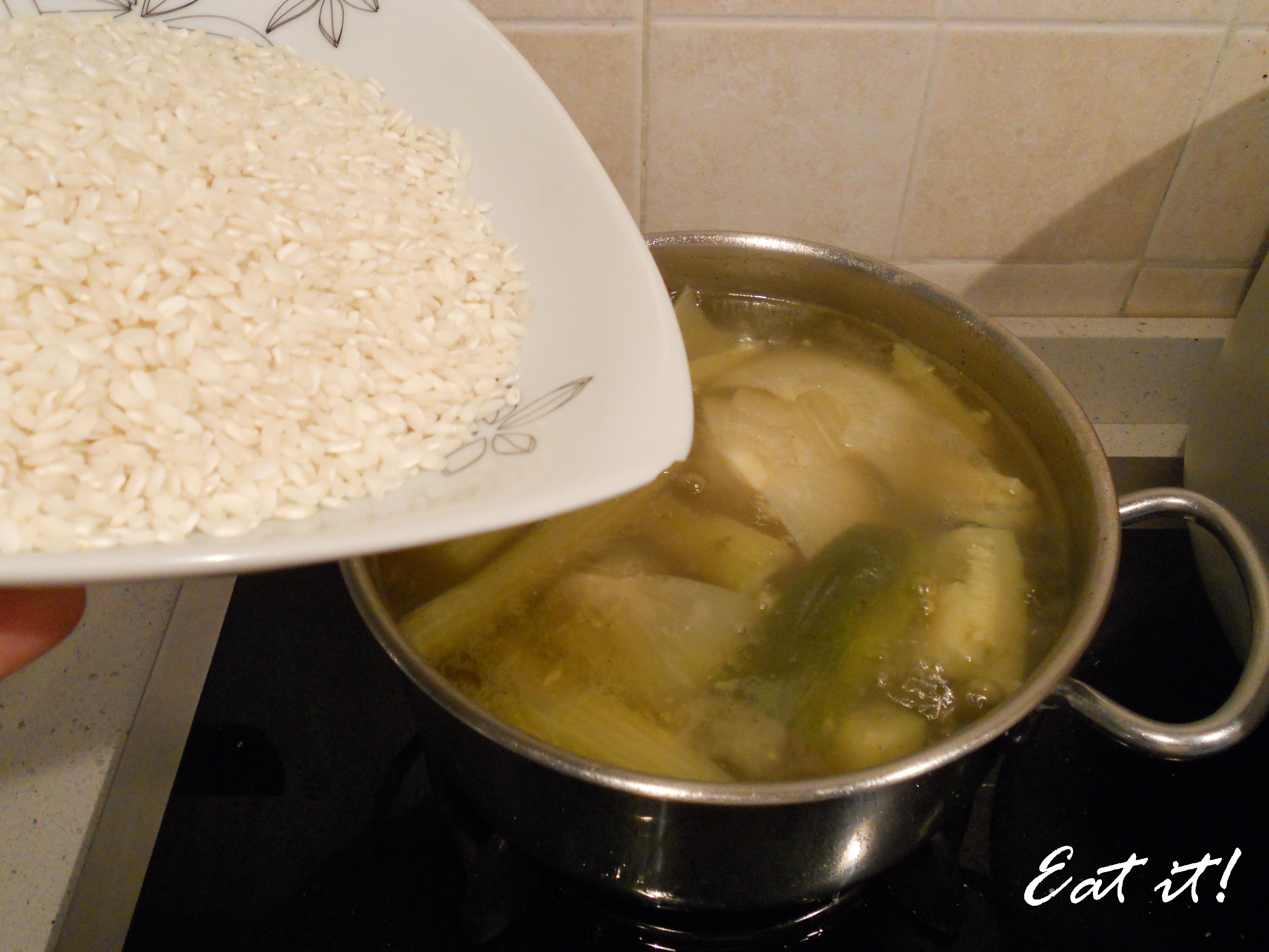 Calamari in crema di risotto - Aggiungo il riso al brodo