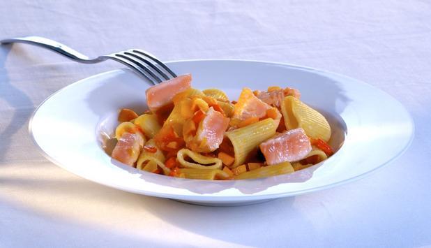 Mezze maniche con peperoni, pomodorini e Salmone Norvegese