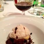 Caramello a base di Douchesse de Bourgogne, cioccolato bianco bruciato, caffè e nocciole