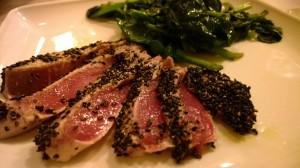 le3melarance - Tagliata di tonno al sesamo nero con spinaci alla soia