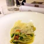 Ravioli ai broccoli, cialde di pecorino, olio emulsionato e peperoncino leggero