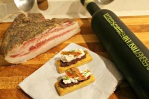 Biscotti all'olio d'oliva Toscano con paté di olive nere, ricotta speziata e guanciale croccante_ALTO