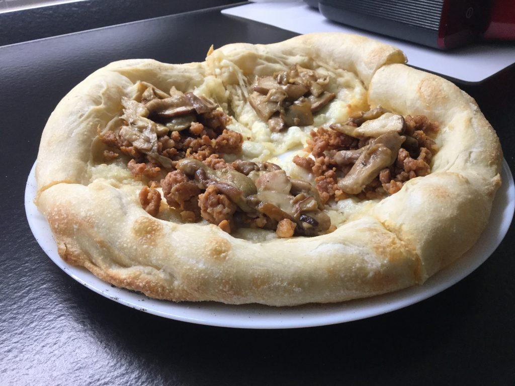 Pizza funghi porcini e salsiccia