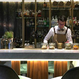 Il barman del Truffle bar di Savini