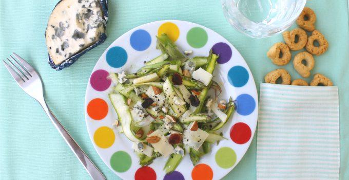 Insalata di asparagi crudi, col formaggio buono per tutti i vegetariani
