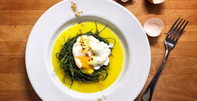 Uova in camicia con crema di patate allo zafferano e agretti