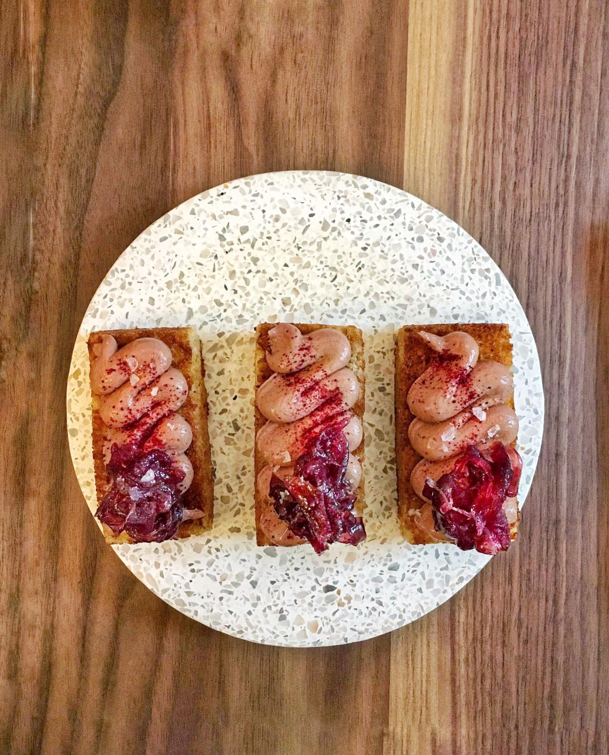 Pan brioche, fegatini d'anatra e cipolle di tropea