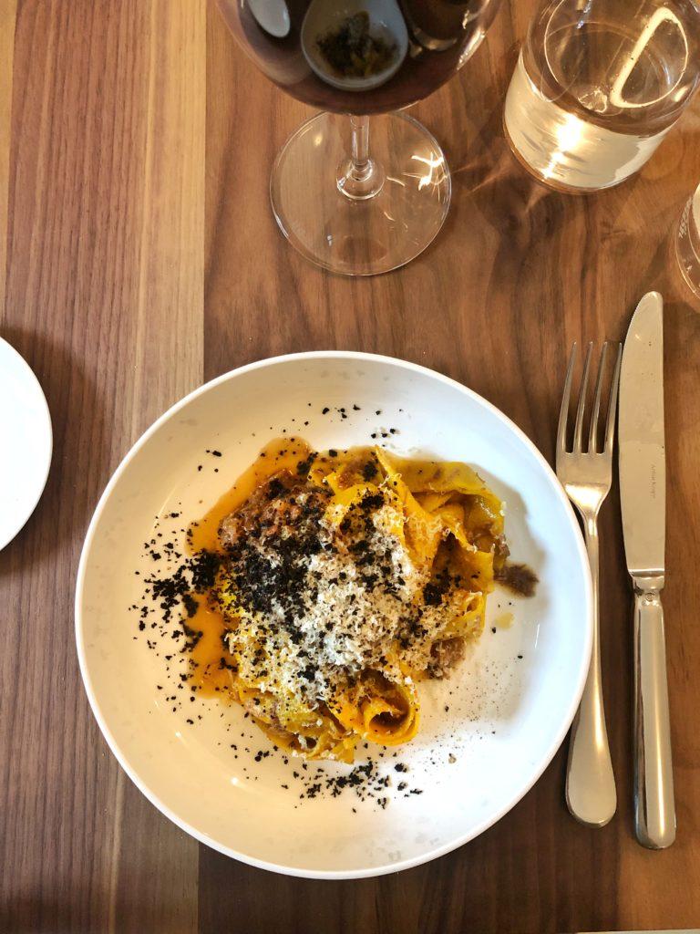 Tagliatelle, ragù di guancia e coda, olive e pecorino di fossa - Nebbia