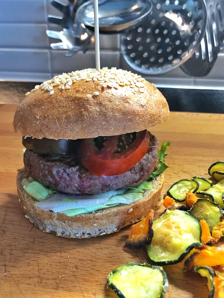 Il nostro hamburger con pane integrale e chips light di verdure